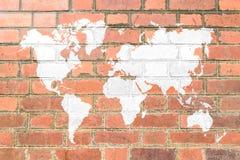与世界地图的红砖墙壁纹理软的口气白色颜色 免版税库存照片