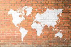 与世界地图的红砖墙壁纹理软的口气白色颜色 免版税图库摄影