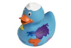 与世界地图的蓝色橡胶鸭子被隔绝在白色 免版税库存照片