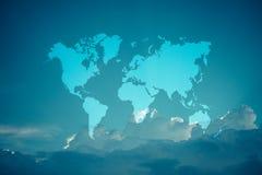 与世界地图,在葡萄酒样式的过程的蓝天云彩 库存图片