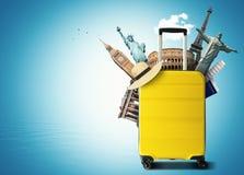 与世界地标的黄色旅行袋子 库存图片