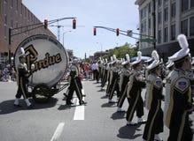与世界最大的鼓的普度大学游行乐队在500个节日游行 库存照片