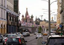 与世界杯的标志的装饰元素在桥梁的 莫斯科欢乐都市风景  免版税库存图片