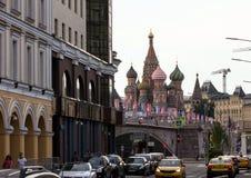 与世界杯的标志的装饰元素在桥梁的 莫斯科欢乐都市风景  库存图片