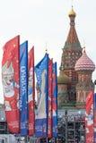 与世界杯的标志的装饰元素在桥梁的 莫斯科欢乐都市风景  库存照片