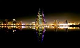 与世界贸易中心的巴林地平线在晚上 库存照片