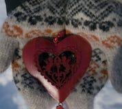 与丘比特的红色心脏在手上 免版税库存照片