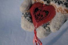 与丘比特的红色心脏在手上 库存图片