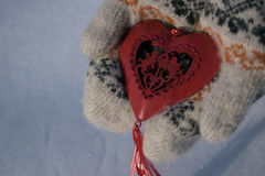 与丘比特的红色心脏在手上 库存照片