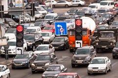 与业务量闪亮指示的拥挤高速公路 免版税库存图片