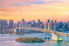 与东京塔和彩虹桥梁的东京地平线 库存照片