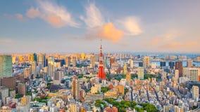与东京铁塔的东京地平线在日本 免版税库存照片