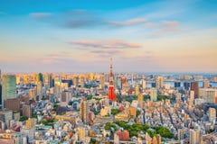 与东京铁塔的东京地平线在日本 图库摄影