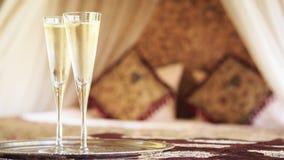 与东方机盖的两块香槟玻璃供住宿在背景 库存图片