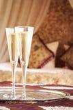 与东方机盖的两块香槟玻璃供住宿在背景 图库摄影