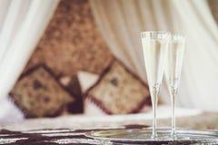 与东方机盖的两块香槟玻璃供住宿在背景 免版税库存照片