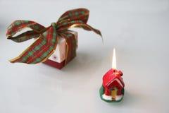与丝带和一个蜡烛的圣诞节礼物 免版税库存照片