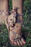 与丝带和弓的凉鞋 免版税图库摄影