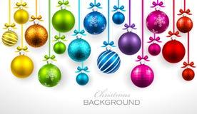 与丝带和弓的圣诞节球 免版税库存照片