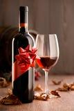 与丝带和葡萄酒杯的优秀酒 免版税库存图片