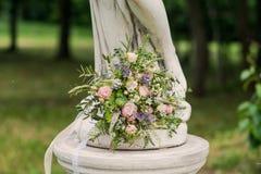 与丝带和鞋带的美丽的新娘花束 免版税库存图片