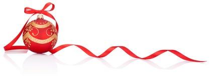 与丝带弓的一个红色圣诞节装饰球  免版税库存照片