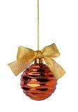 与丝带弓的垂悬的金黄圣诞节球 免版税库存图片