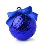 与丝带弓的蓝色圣诞节球 免版税库存图片