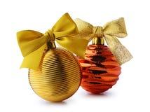 与丝带弓的金黄圣诞节球 库存照片