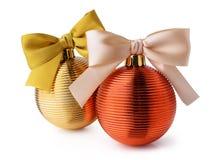与丝带弓的金黄圣诞节球 免版税库存图片