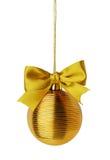 与丝带弓的金黄圣诞节球 库存图片
