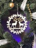 与丝带的典雅的真正的圣诞节花圈 免版税库存照片