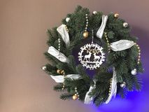 与丝带的典雅的真正的圣诞节花圈 库存图片