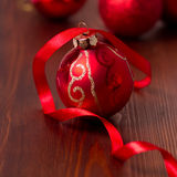 与丝带的圣诞节中看不中用的物品 免版税图库摄影