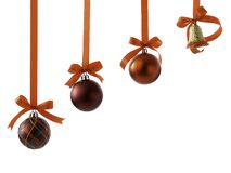 与丝带的圣诞节在白色的球和弓 库存图片