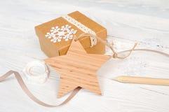 与丝带的圣诞节木星标记,在礼物背景,在白色木背景的大模型您的文本的 免版税库存图片