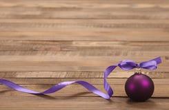 与丝带的圣诞节玩具紫色球 库存图片