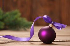 与丝带的圣诞节玩具紫色球 免版税图库摄影