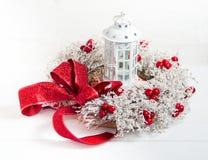 与丝带的圣诞节花圈和一个灯笼在假日前 免版税库存图片