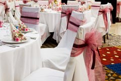 与丝带的婚礼椅子 库存图片