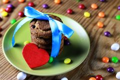 与丝带的曲奇饼在板材 免版税库存图片