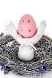 与丝带的桃红色复活节彩蛋在嵌套 库存图片
