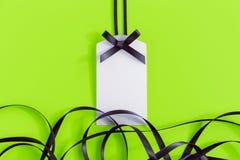 与丝带的礼物标记在绿色 免版税图库摄影
