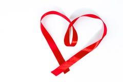 与丝带的红色心脏在白色背景 免版税库存照片