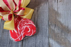 与丝带的红色心脏糖果在老木板背景 华伦泰` s日概念 免版税图库摄影