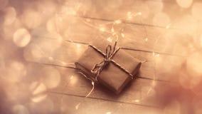 与丝带的美丽的逗人喜爱的说谎在wonderf的礼物和诗歌选 库存照片