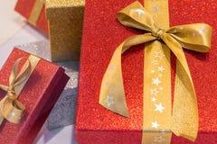 与丝带的美妙的装箱的圣诞节礼物 图库摄影