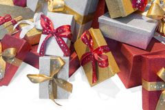 与丝带的美妙的装箱的圣诞节礼物 免版税库存照片