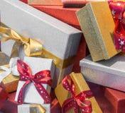 与丝带的美妙的装箱的圣诞节礼物 库存图片