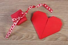 与丝带的被包裹的作为装饰的礼物和心脏的情人节 图库摄影